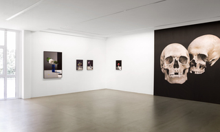 Felix Dobbert SOME FLOWERS, 2014 (l.) / Shirana Shahbazi SCHÄDEL-03 PAINTING, 2008 (r.)